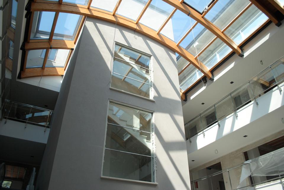 Work in progress - Vista dei negozi ed uffici dei piani superiori dalla piazzetta del Centro Commerciale