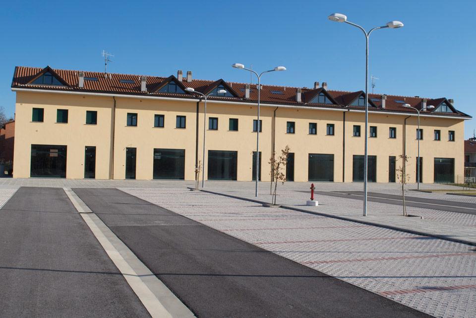 Visuale lato negozi centro commerciale e parcheggio