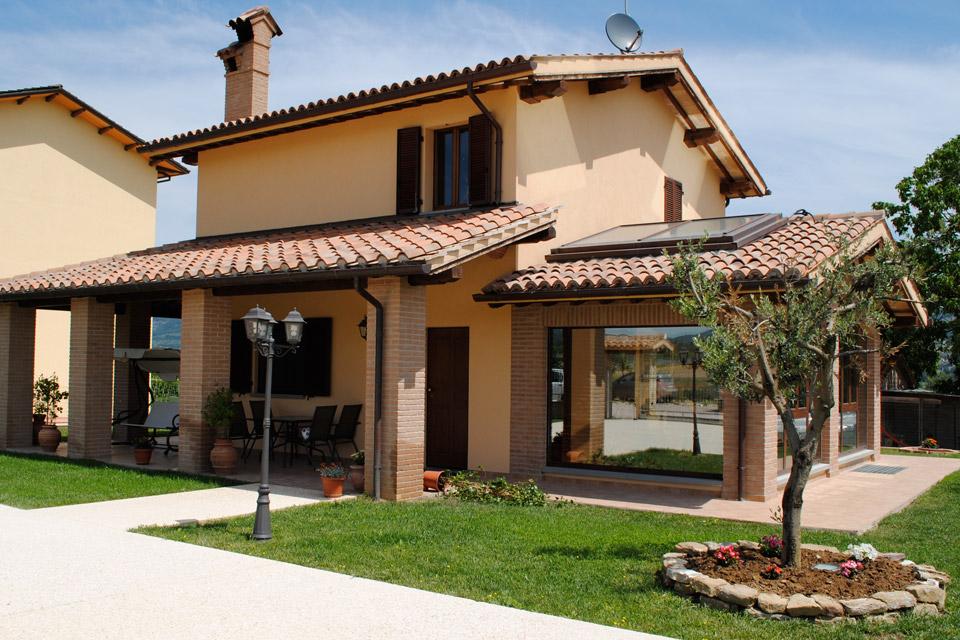 Villetta indipendente con portico edil group costruzioni for Moderni disegni di case a due piani
